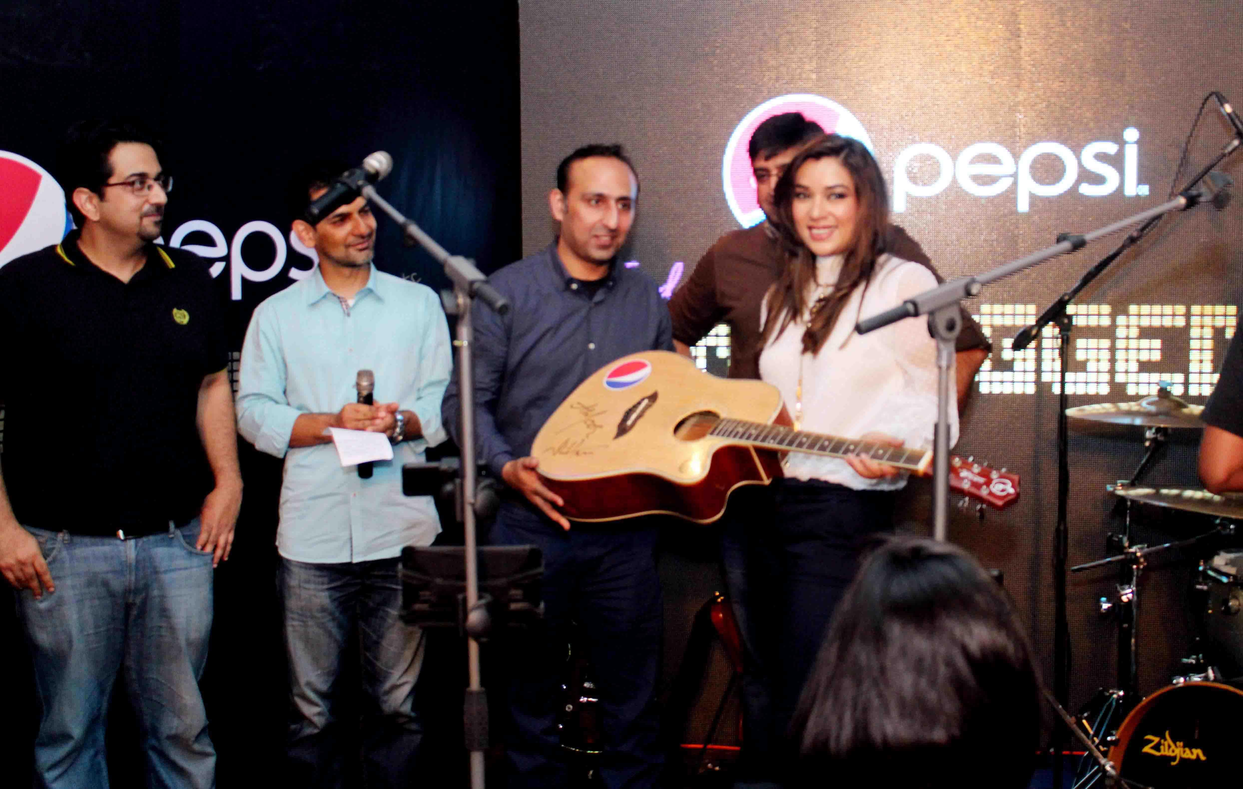 Komal Rizvi recieving guitar from Ali Rauf, Junaid Zafar, Wasif Khan & Pepsi Team
