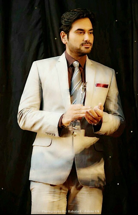 Humayun Saeed receiving award [3]