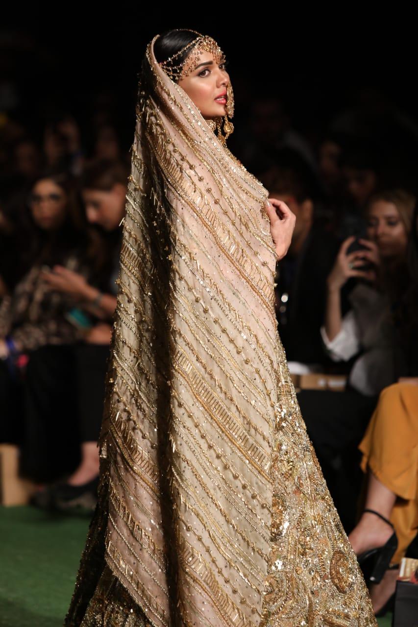 Actress Sara Loren Showstops For Fashion Designer Asma Aslam At Pfdc L Oreal Paris Bridal Week 2019 Trendinginsocial